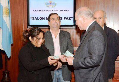 Jenefes entregó 100 Becas Legislativas a estudiantes de la ciudad Capital