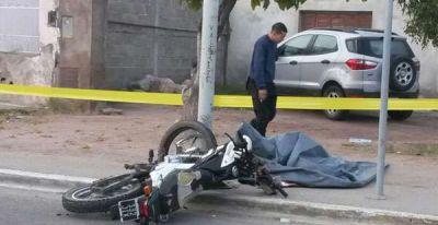 Muri� joven luego de chocar en su moto contra una columna