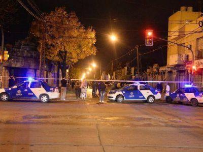 Tres delincuentes entraron a los tiros en la comisaría de barrio Belgrano e hirieron a dos policías