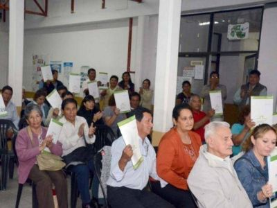 EL GOBIERNO ENTREGÓ 77 ESCRITURAS A FAMILIAS DE ALTO COMEDERO