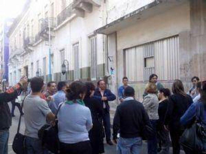 Trabajadores de LV7 mantienen medidas de fuerza en la puerta de la radio