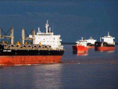 M�s de 35 barcos varados en el r�o Paran�, frente a los puertos del Gran Rosario