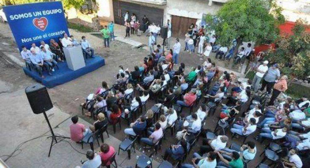 Coqui, Gustavo y Peppo con vecinos de villa Chica