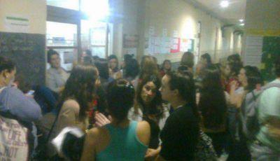 Por renuncia y falta de clases, protestaron alumnos del ISFDyT N� 33