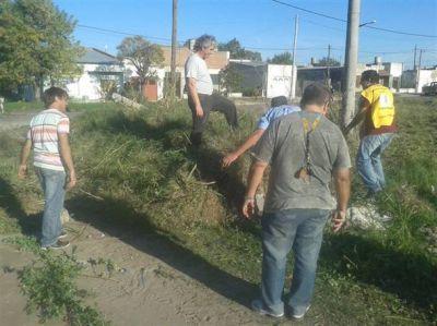 Durquet y equipo limpiaron un terreno en Barrio Colombo