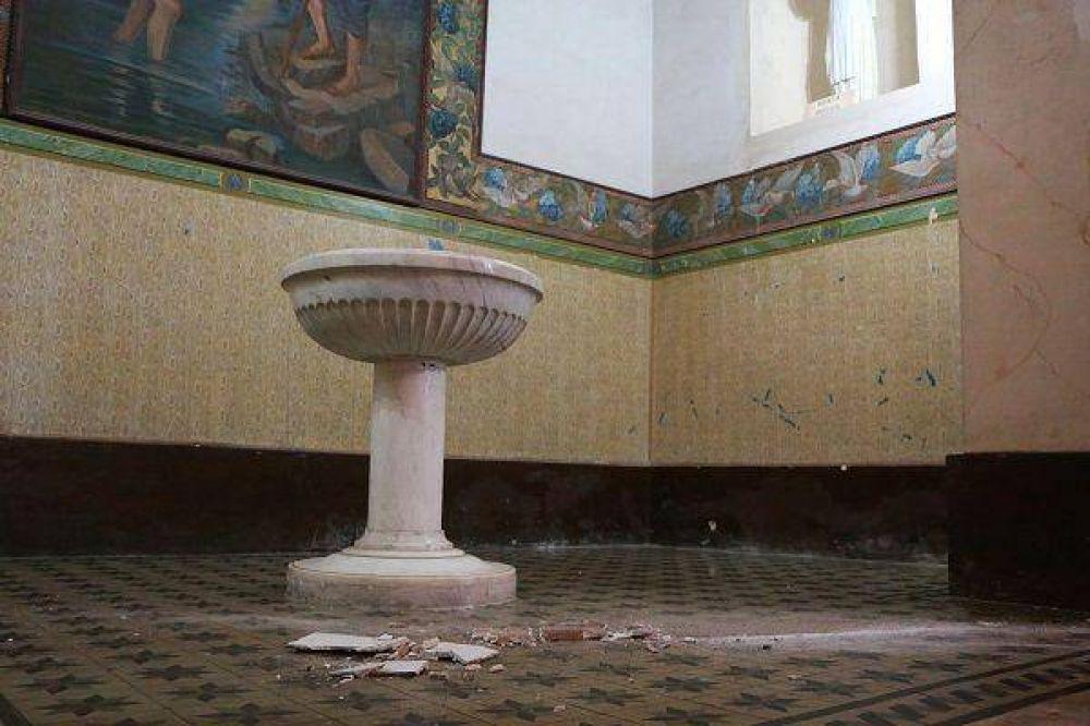 Preocupante: caen trozos de yeso sobre la pila bautismal de la Catedral