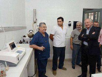 Fellner visitó el hospital y escuelas de La Esperanza