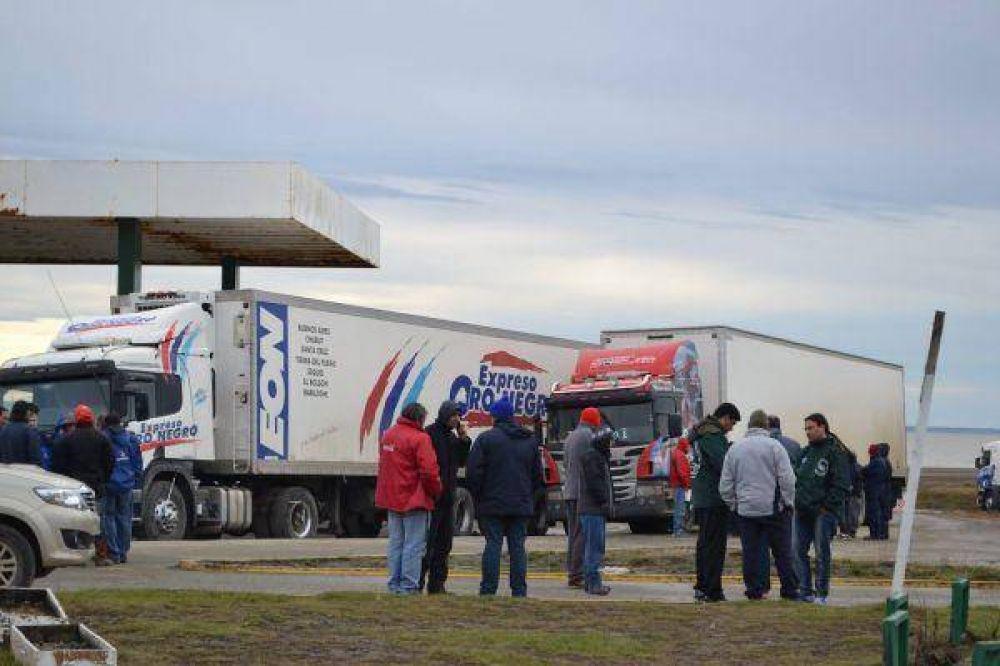Camioneros retornan de la frontera ante la continuidad del paro aduanero chileno