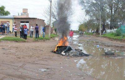 Vecinos de la Santa Cruz queman cubiertas para protestar por las cloacas rebalsadas