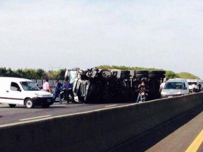 Impresionante choque y vuelco de dos autos y un camión en Autopista La Plata – Buenos Aires