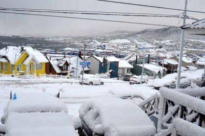 Ushuaia cubierta por un manto de nieve de más de 25 centímetros