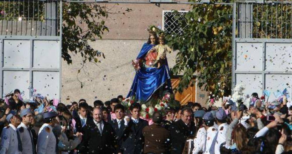 A la Virgen le tiraron flores hasta de un helicóptero