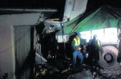 Añelo : Chocó en la ruta 7, se incrustó en una casa y murió