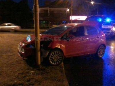 Un automóvil resultó dañado tras chocar contra un poste del alumbrado público en la Capital