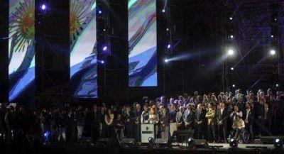 Cristina subió a Peppo y Coqui al escenario del 25 en la Rosada
