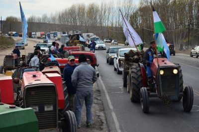 Tractorazo en la región: productores extienden corte total en Tres Puentes