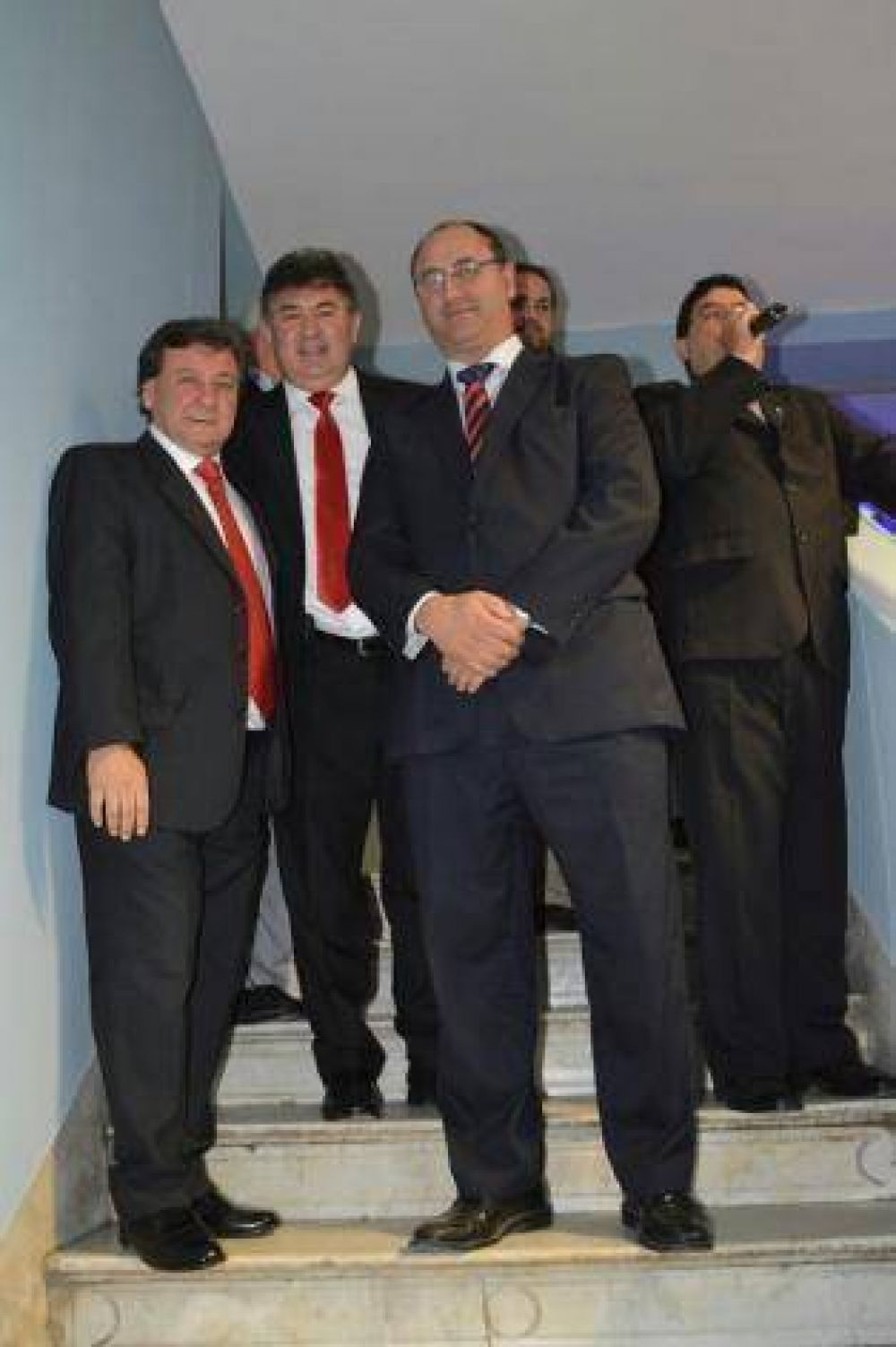 Un amayista junto a dos alperovichistas en la inauguración de la nueva sede de Osecac