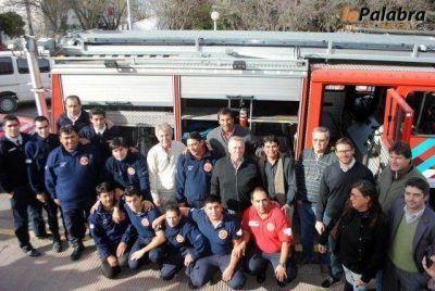 Funcionarios municipales saludaron a los Bomberos Voluntarios de Patagones en su día