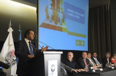 Scioli destacó políticas judiciales en el cierre del seminario de juicios por jurados
