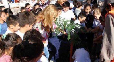 Aída promovió la formación de ciudadanos plantando árboles