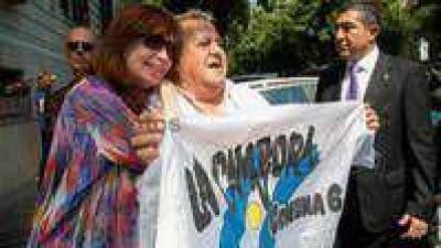 Cristina lleg� a Roma y fue recibida con banderas de La C�mpora