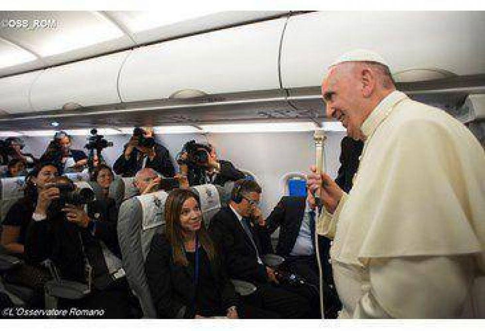 Artesanos de paz, no hipócritas comerciantes de armas. Respuestas del Papa, volviendo de Sarajevo