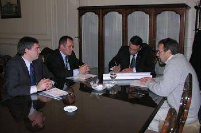 El intendente se reunió con el gerente de Carrefour por las obras.