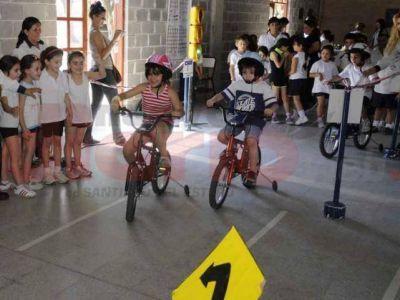 Organizan actividades para concienciar a niños y adultos sobre las normas de tránsito