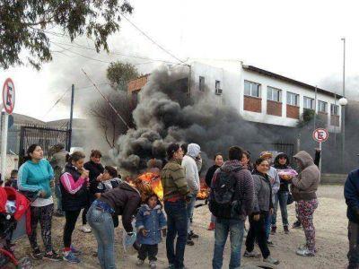 Fuerte protesta frente al ENOSUR por parte de 24 familias que reclaman por un plan de viviendas