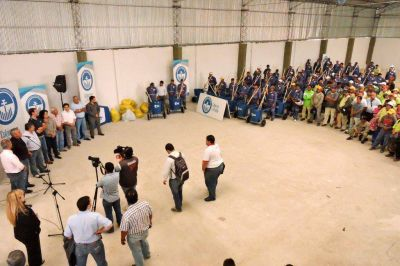 Ríos entregó indumentaria y herramientas a los agentes de Higiene Urbana