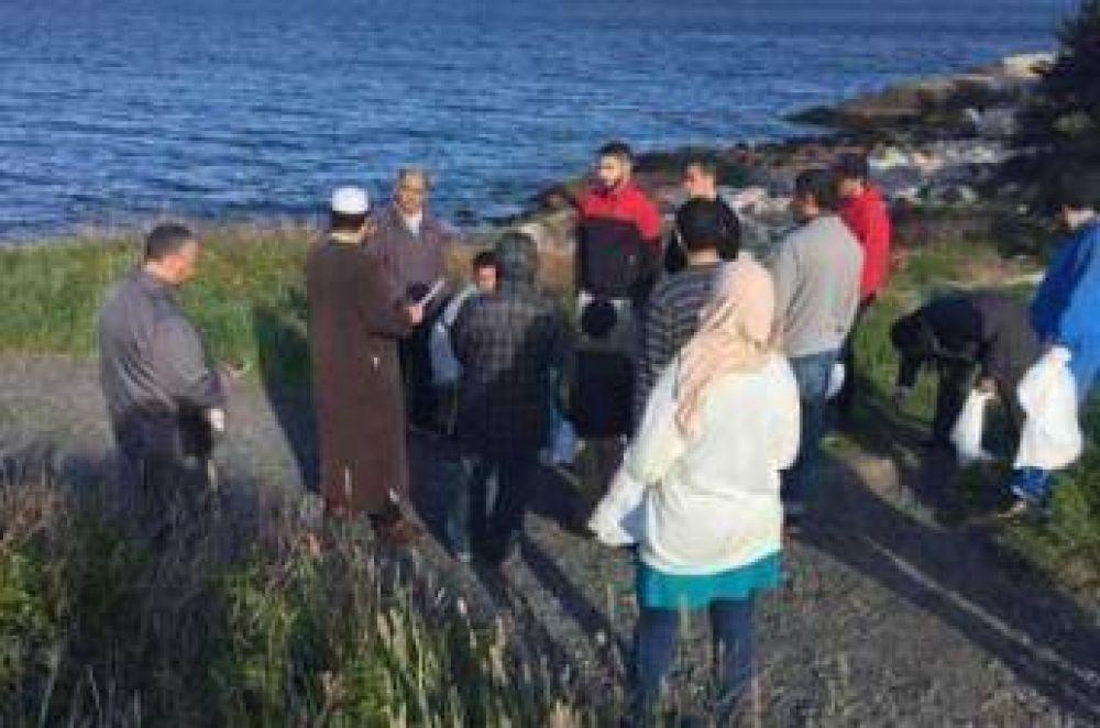 Musulmanes limpian un parque y un lago en una ciudad canadiense