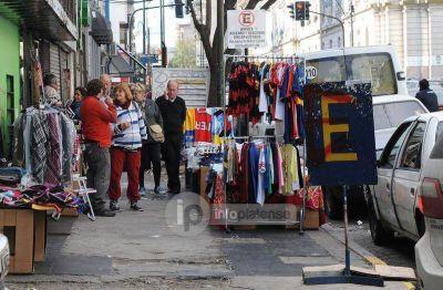 Empresarios arremeten contra Bruera por permitir la venta ilegal callejera, que avanza a paso firme