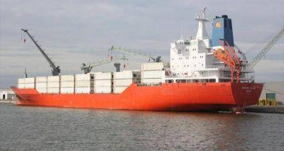 Cargan dos barcos en en el puerto local
