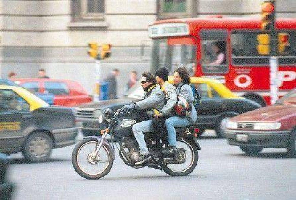 Controlarán el uso del casco en las autopistas porteñas.