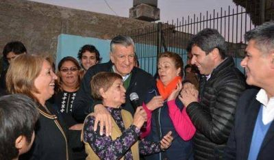 Con la compañía de Gioja, Sergio Uñac arrancó con las caminatas
