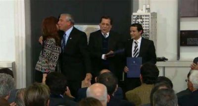 La presidenta Cristina Fern�ndez entreg� un cr�dito para inversiones en el Parque Industrial de Albard�n