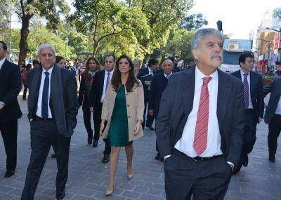 Junto al Ministro De Vido la Gobernadora visit� el cami�n del ENHOSA y de la CNEA