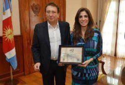 La gobernadora fue distinguida por la Asociación de Clubes de Básquet