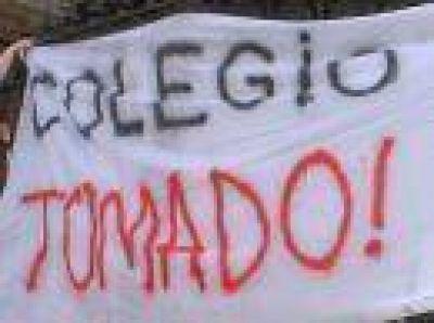 DIEZ ESCUELAS TOMADAS