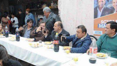 Manzur hizo un alto en el camino y fue comer con familias del Barrio Juan XXIII