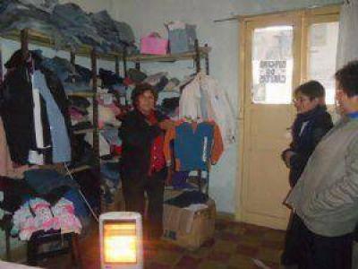 Más personas buscan asistencia en un ropero comunitario de Cáritas