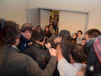 Un militante del PJ enojado con Paco Pérez se abalanzó sobre él, pero fue frenado por dos ministros