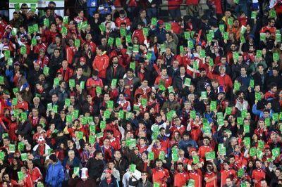 ¿Qué significa la tarjeta verde que muestran los hinchas chilenos en la Copa América?