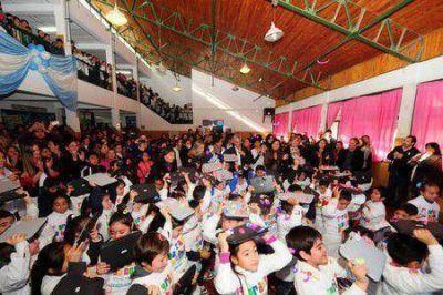 El Gobernador entregó 174 compus a chicos de primaria