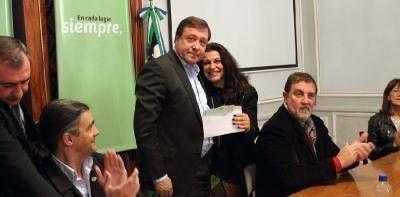 Weretilneck firmó contratos de obras por casi $13.000.000 y entregó créditos a productores bovinos