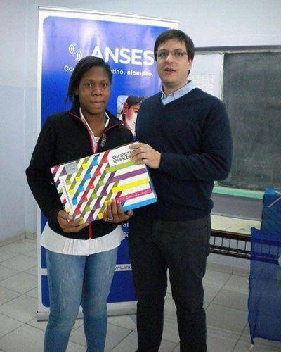 Estudiantes y docentes del Secundario 16 recibieron 94 netbooks