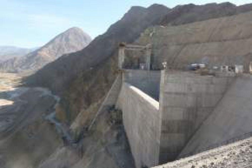 Punta Negra: Gioja operó el camión que descargó el material que completó el relleno del gigantesco paredón del dique