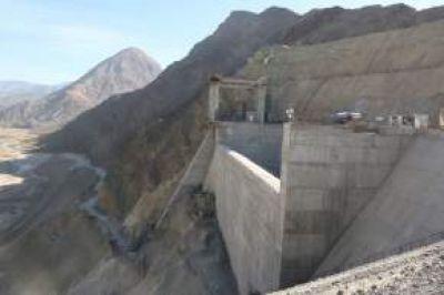 Punta Negra: Gioja oper� el cami�n que descarg� el material que complet� el relleno del gigantesco pared�n del dique