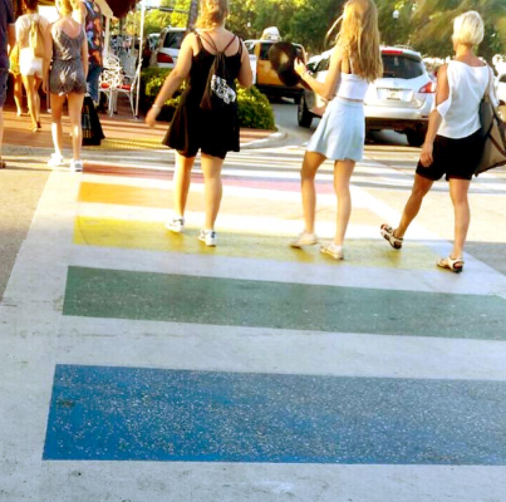 Diversidad Sexual: inauguran una senda peatonal multicolor