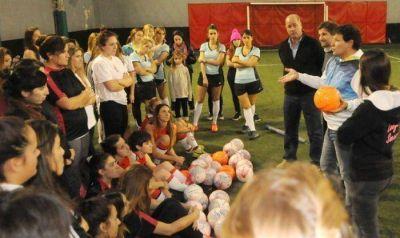 Juan Curuchet volvió al potrero para darle su apoyo al fútbol femenino de Mar del Plata